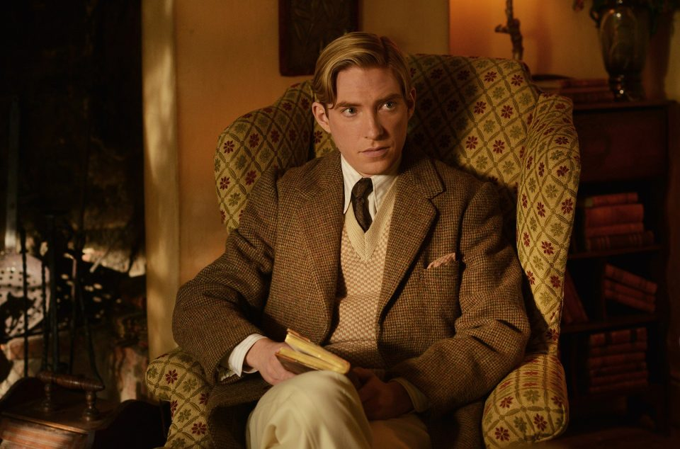 Domhnall-Gleeson-as-Alan-Milne-in-the-film-UNTITLED-A.A.-MILNE.-Photo-by-David-Appleby.-©-2017-Fox-Searchlight-Pictures2