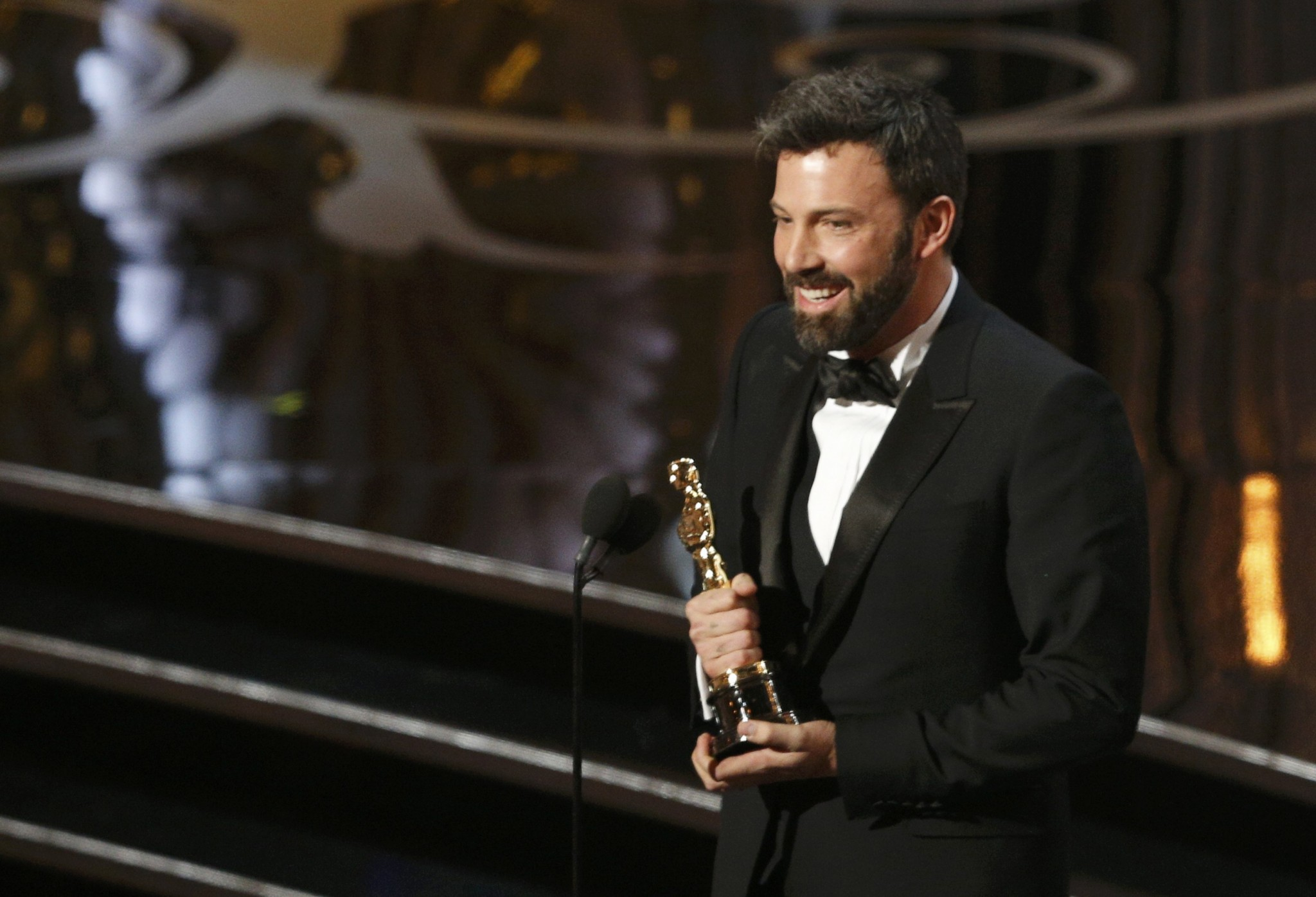 """Director and producer Ben Affleck accepts the Oscar for best picture for """"Argo"""" at the 85th Academy Awards in Hollywood, California, February 24, 2013. REUTERS/Mario Anzuoni (UNITED STATES - Tags: ENTERTAINMENT) (OSCARS-SHOW)"""