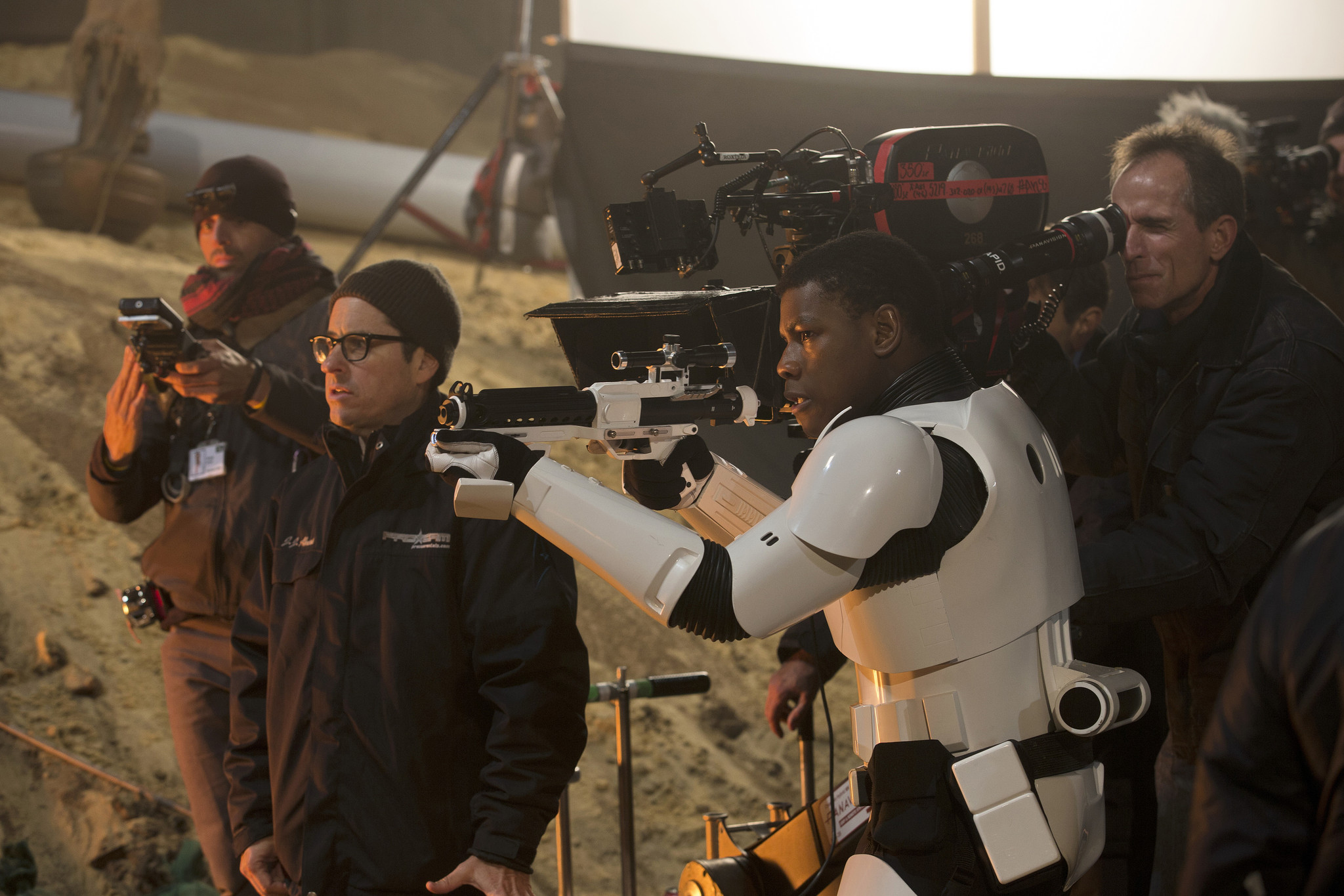 la-et-hc-star-wars-the-force-awakens-behind-the-scenes-images-20151202