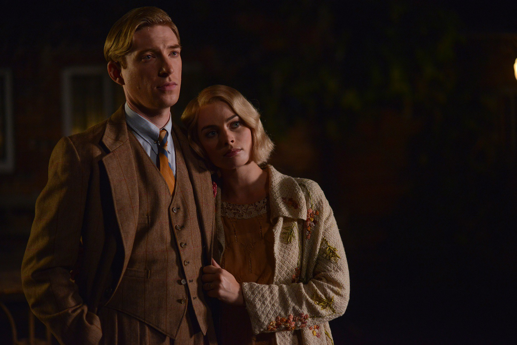 Domhnall-Gleeson-as-Alan-Milne-and-Margot-Robbie-as-Daphne-Milne-in-the-film-UNTITLED-A.A.-MILNE.-Photo-by-David-Appleby.-©-2017-Fox-Searchlight-Pictures2
